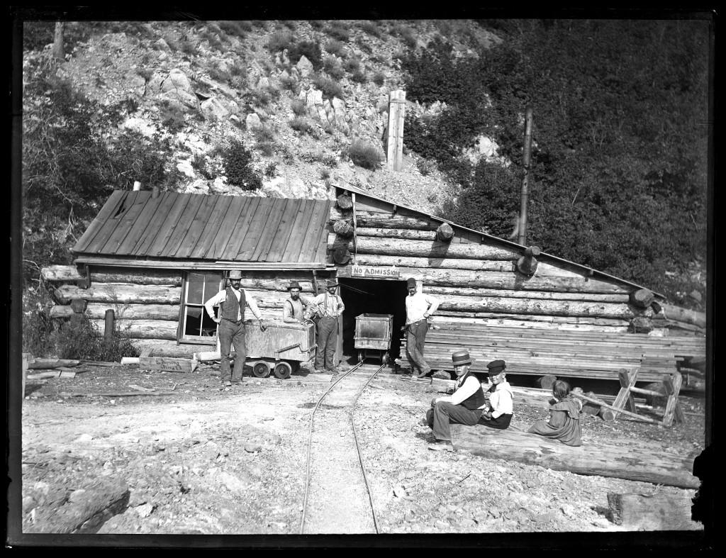 Log_shaft_house_at_entrance_to_Baker_Mine_in_Baker_Canyon